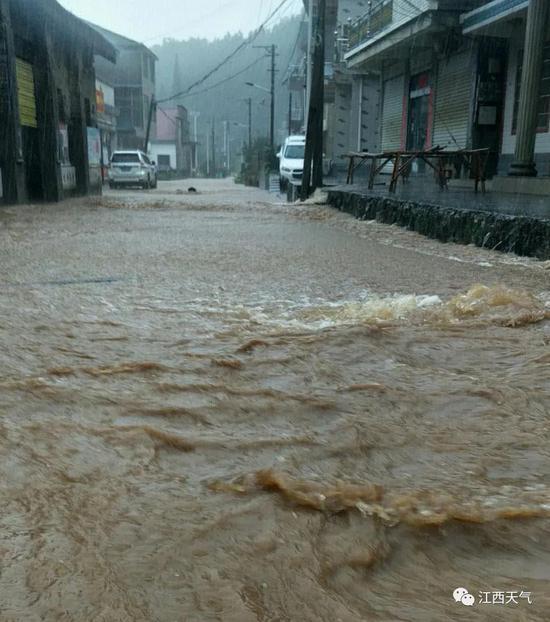 7月7日,莲花山乡强降雨之下道路积水严重。图/黄秀升