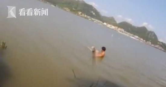 女友闹分手19岁小伙忿然跳湖 奇怪的一幕发生了