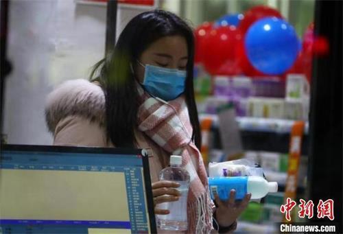 图为江西南昌市民在药店购买口罩、消毒杀菌用品等商品。(资料图) 刘占昆 摄