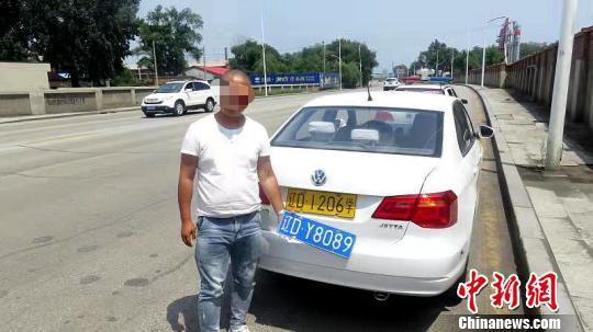 交警对驾校教练员田某依法进行处罚。辽宁省交警总队供图