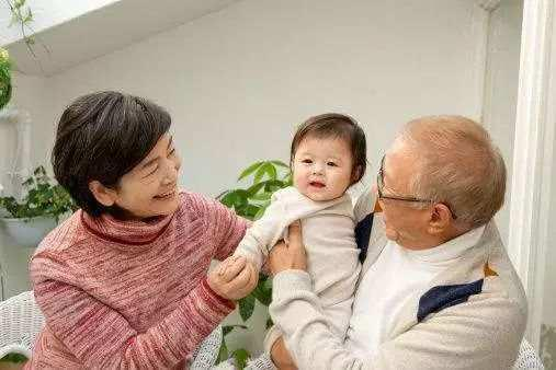 晒家中老人的照片将会增加家人被不法分子认出来的几率。