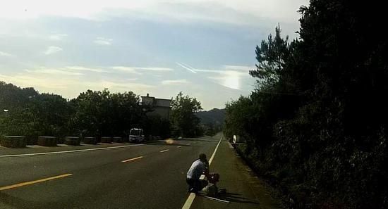 她躺在滚烫的马路上 幸好遇到他…