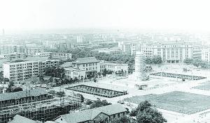 2018-10-17,人民广场正式改名为八一广场,八一南昌起义纪念塔开始建设