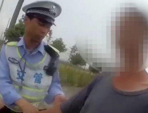 图说:醉驾男子被警方刑事拘留 来源/执法记录仪画面