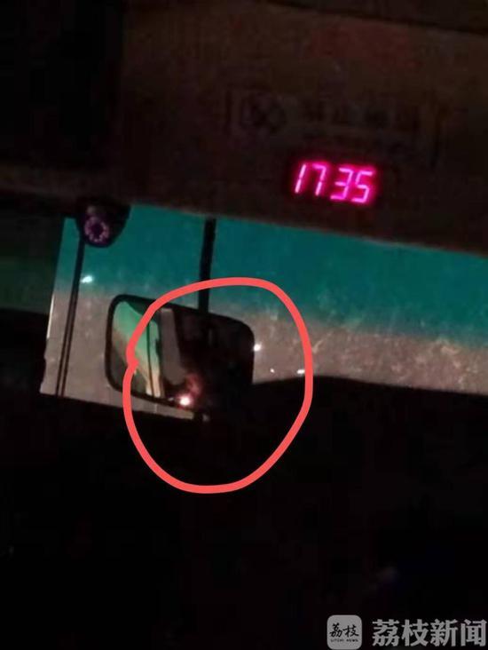 抽烟+煲电话粥 这位客车驾驶员该罚