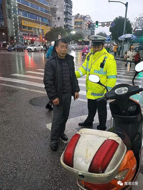 鹰潭一男子强行闯红灯被交警拦下 没想到竟是小偷