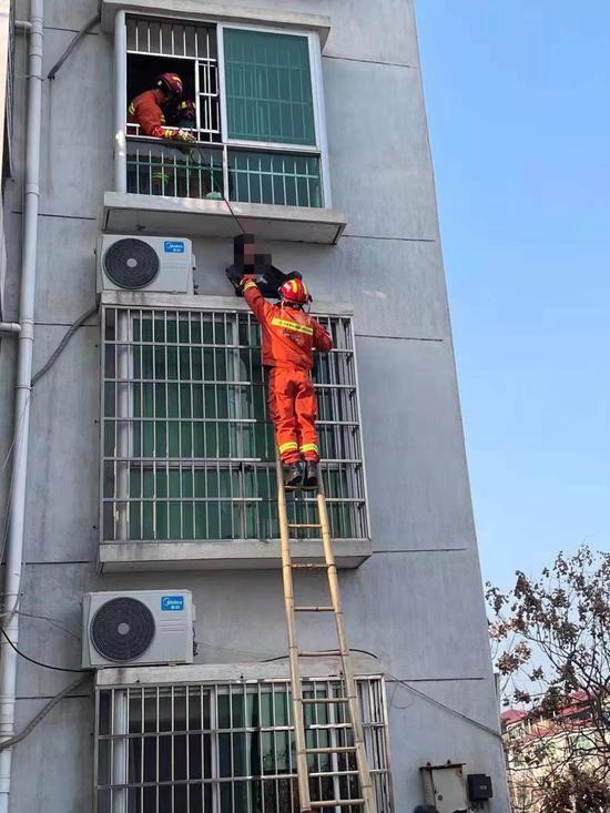 惊险!3楼飘窗旁 卡着一名11岁小男孩