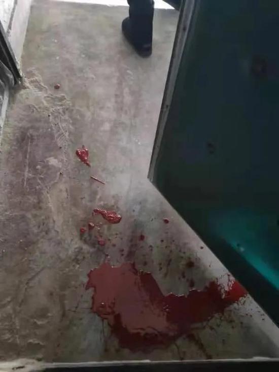 吃完送错的外卖后 家门被泼了红漆