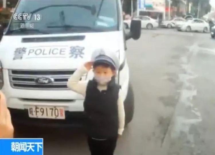 """6岁小""""交警""""上岗 背后的故事让人心酸又感动"""