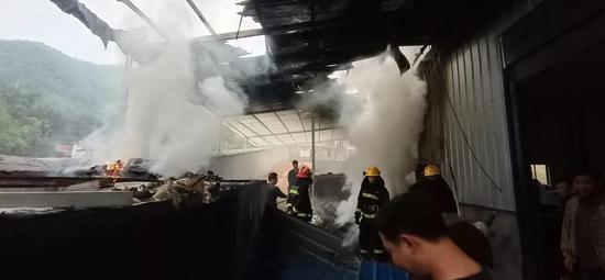 报警迟了20分钟 江西一厂房屋顶烧没了…
