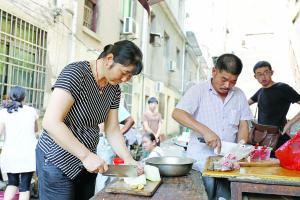 患者家属正在切菜