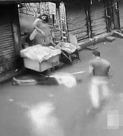 男子触电倒在水里路人视而不见 网友:这什么国家?
