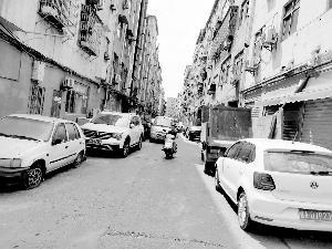 ▲卫东村住宅小区消防通道成了私家车停车场。
