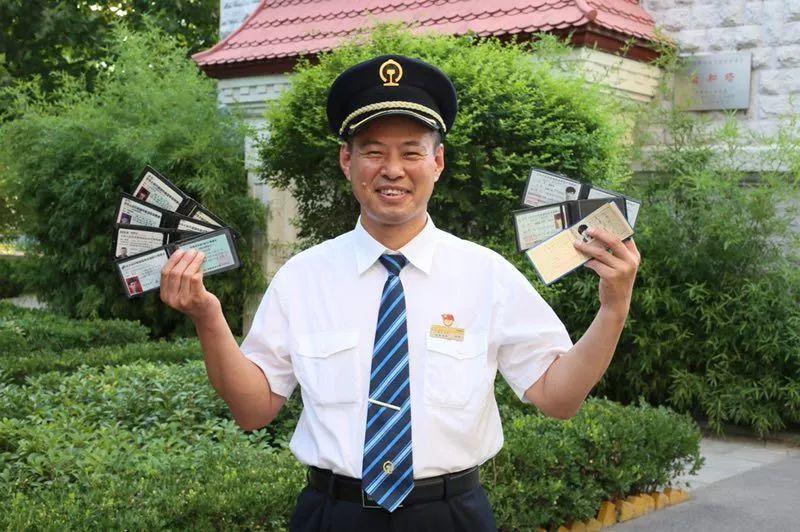 他手握7本火车驾照却拿不到小客车驾照?只因这…