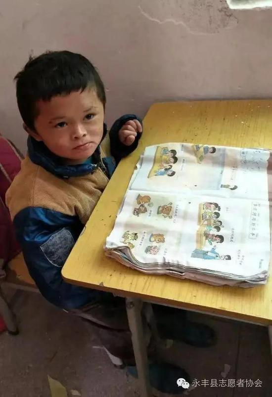 2016年11月,永丰县志愿者协会在学校探望范小勤。图片来源:永丰县志愿者协会公众号