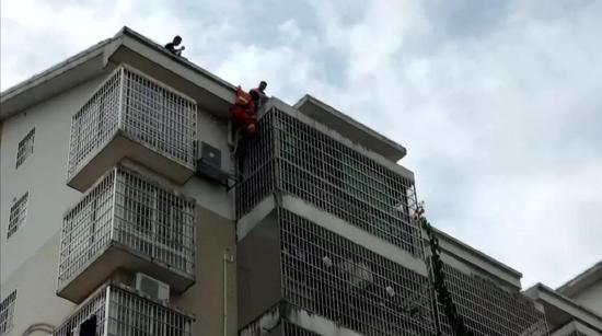 """江西2岁幼童被反锁家中 幸亏""""蜘蛛侠""""来了…"""
