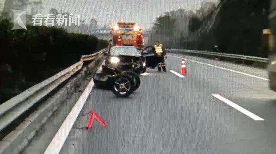 """高速公路执法人员刘斌:""""车辆后桥全部脱落,水箱和前保险杠也脱落。"""""""