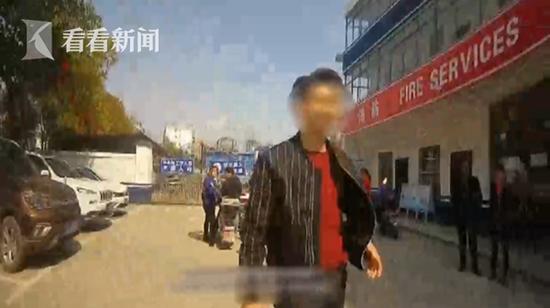 """江西男子逃酒驾上演玩命""""跑酷"""" 翻墙掉进交警大院"""