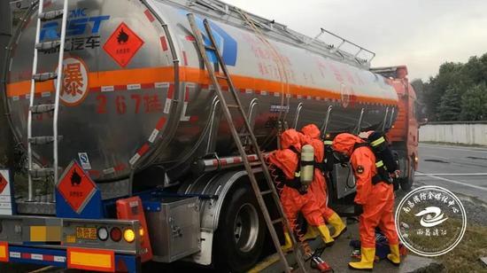 9月4日凌晨5时,南昌新建区105国道一路段上,一辆危险品槽罐车发生泄漏,车内装载了20余吨二氯丙烷。接警后,南昌消防立即调派45名消防员赶赴现场处置。图为救援现场。