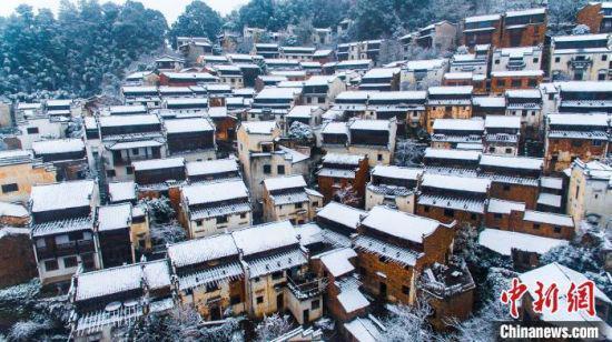 雪中的篁岭古村银装素裹,古村房屋高矮递进、层层而上,白黄相间,渲染得雪中的篁岭景色别有一番风味,构成了一幅山居雪韵图。(资料图) 方华彬 摄