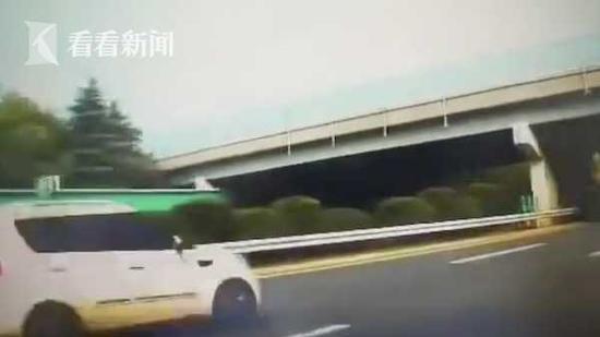 男子驾车高速上调头逆行 吓得同车女子惊声尖叫
