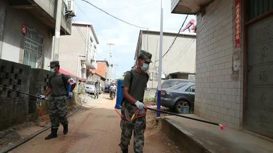 抗洪官兵在三角乡对受灾村庄进行消杀灭菌。