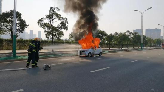 吓人!吉安一汽车行驶途中自燃 车身瞬间被大火吞噬