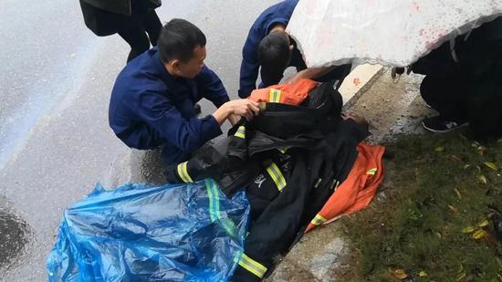 10月4日12时,南昌市经开区昌西大道消防救援站门口,消防员勇救骑摩托车摔倒老人。图为救援现场。