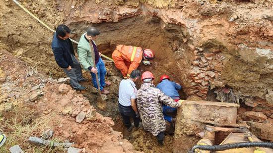 """工人意外掉入泥坑!他们徒手挖出一条""""生命通道"""""""