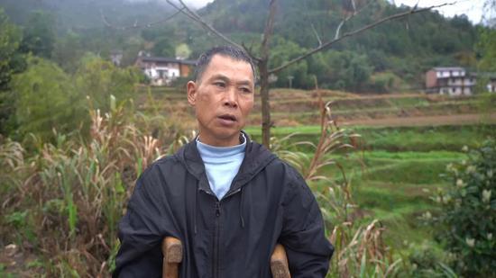 """范家发回到家中。图片来源:新京报""""我们视频"""""""