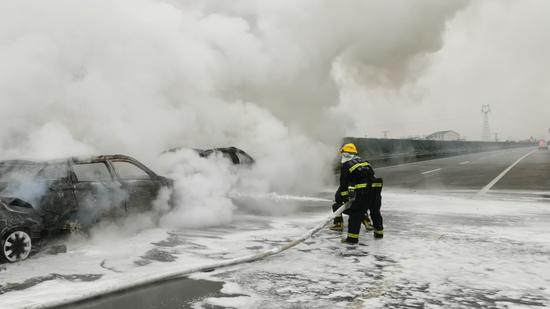 惊心!福银高速至临川北高速上3车连撞起火 浓烟滚滚