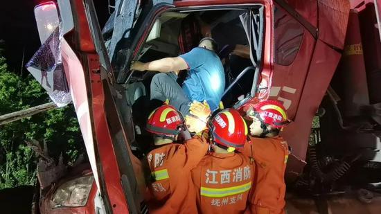 乐安县两辆大货车追尾!车头严重变形 一司机被困