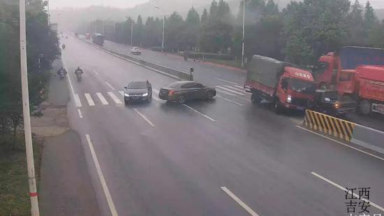 吉安一小车横穿斑马线 导致货车避让不及引发事故