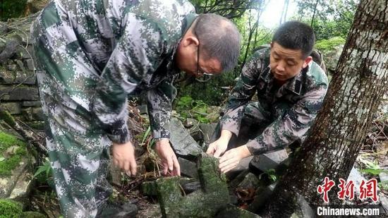工作人员在碉堡遗迹考察。 邵德初 摄