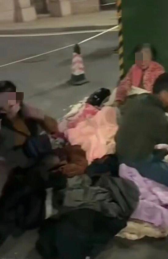 在中华情老年公寓门口过夜的老人。视频截图
