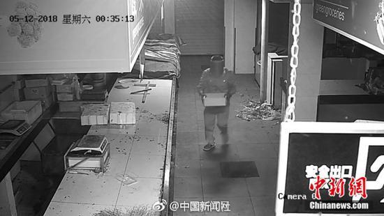 1毛钱都不放过!小偷深夜洗劫菜市场偷5千多枚硬币