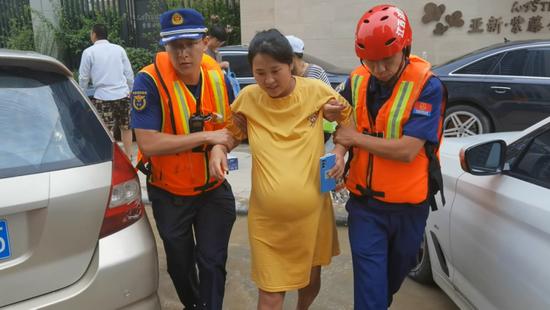 """临产孕妇和江西消防员约定给新生儿取名""""蓝蓝"""""""