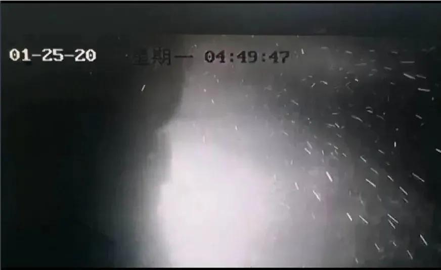 4时49分47秒,火苗四溅,可见室内的燃烧爆炸有多猛烈。