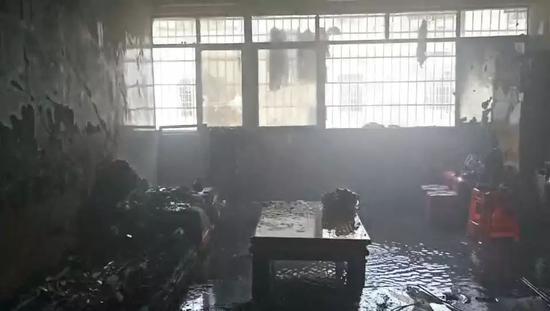 南昌男子用汽油清洗厨具 不料汽油滴下瞬间引燃自家屋