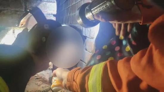 消防员给小男孩喂酸奶