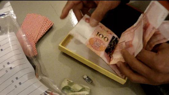 警方缴获的用于实施诈骗的特制扑克牌和电子设备