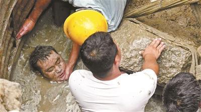 坠井男子除头部外全身都没入淤泥中
