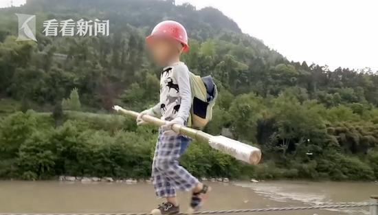 7岁男孩堤边走钢丝平步如飞 父亲:看淡吉尼斯纪录