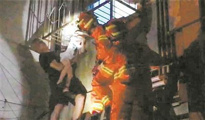 救援过程中,郑先生一直托举着男童。(消防部门供图)