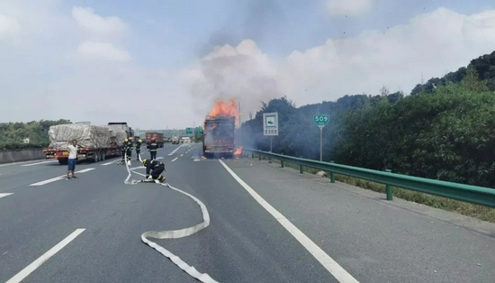 突发!九江高速上一货车行驶中燃起大火 危急时刻…