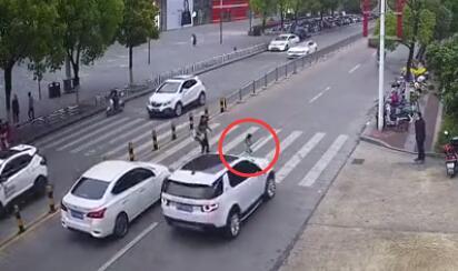 抚州一汽车司机不礼让斑马线 撞倒一名过马路女童