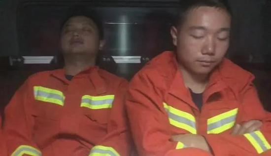 队友拍摄返程途中睡着的消防员。