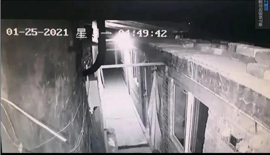 凌晨4时49分42秒,一个亮点被摄像头捕捉。