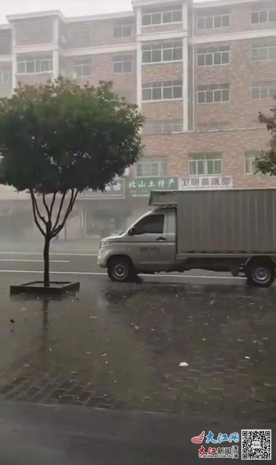 安福县洲湖镇出现冰雹
