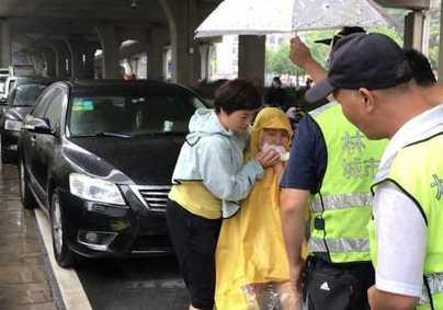很快,120急救医护人员赶到,大家把磕伤女子送上急救车,至电力医院治疗。